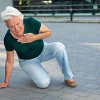 Seniorin bekommt Herzinfarkt in der Stadt